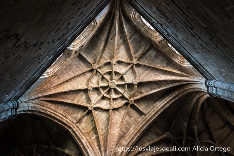 techo altísimo con bóveda de crucerías en la catedral gótica sin terminar del conventual de san benito