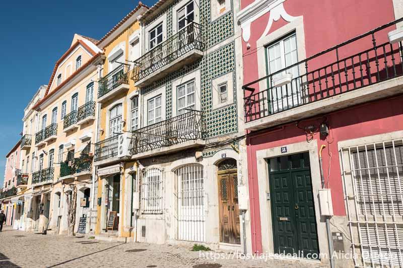 casas con fachadas de colores y azulejos en la rua de belem