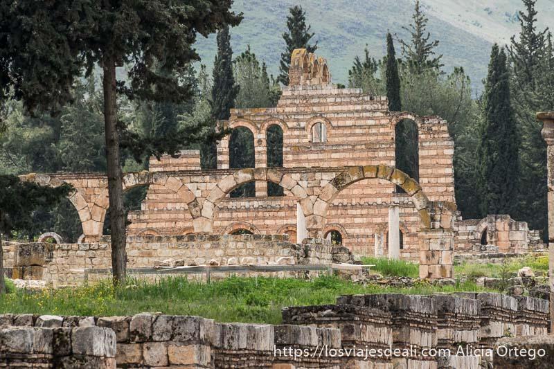 fachada del palacio de aanjar en el valle de bekaa con arcos y columnas delante