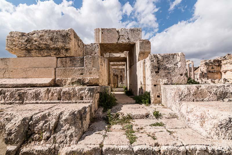 templo de piedrass perfectamente talladas con pasillo que lo atraviesa en baalbek