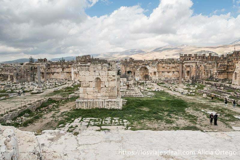 plaza con altar en el centro en las ruinas de baalbek
