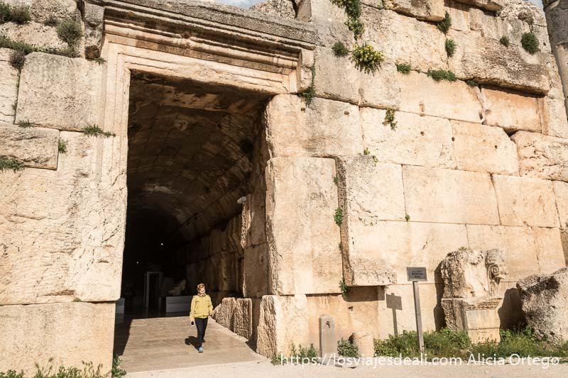 entrada al museo de las ruinas de baalbek todo de piedra con gran pasillo abovedado
