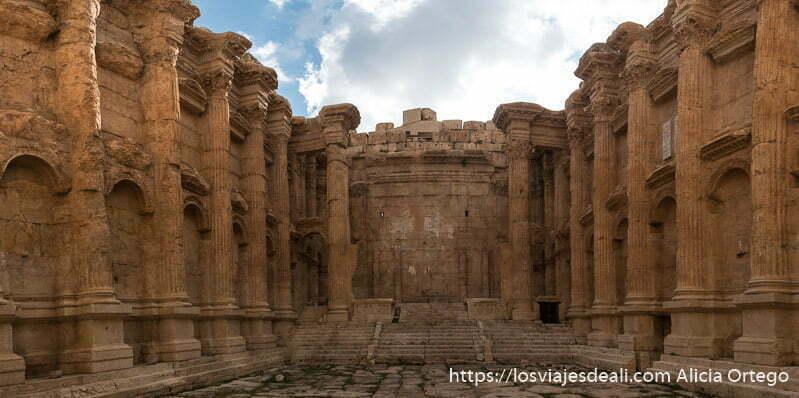 panorámica del interior del templo de baco es como un teatro con columnnas adosadas a las paredes y escalinata con escenario al fondo