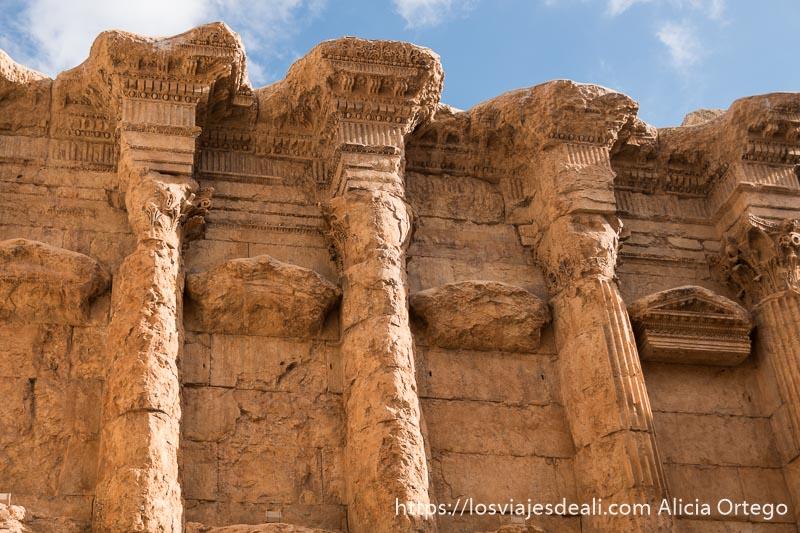detalle de columnas adosadas al muro del templo de baco