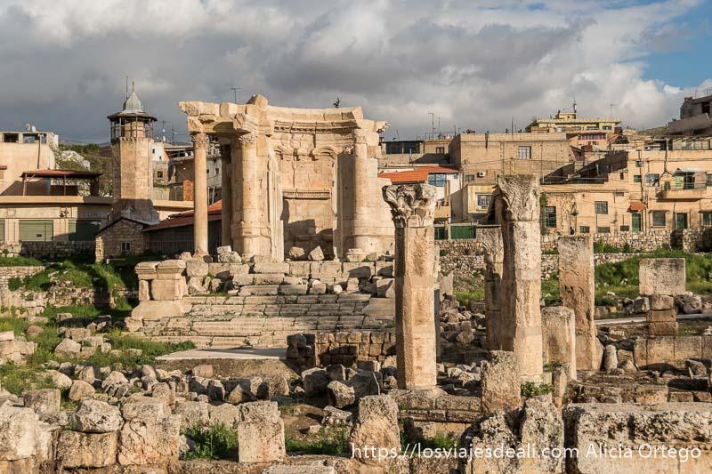 templo de venus con columnas y restos de muros alrededor y torre de iglesia cristiana al fondo en baalbek