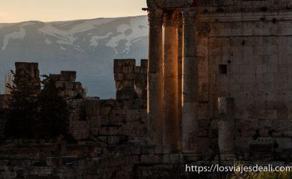 columnas y muros de las ruinas de baalbek iluminadas por el sol del atardecer