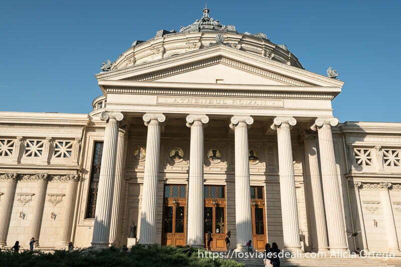 edificio con columnas que fue la biblioteca universitaria de bucarest