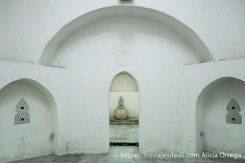 sala de hamman antiguo de trípoli con salas blancas y fuentes de piedra
