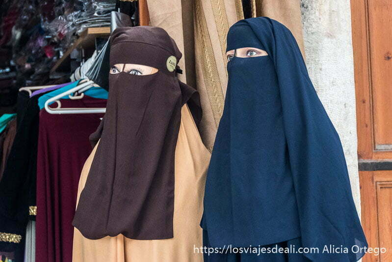 dos maniquíes con velo islámico que sólo deja ver los ojos
