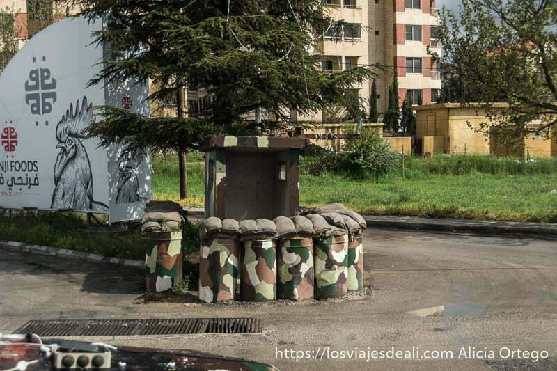 rotonda con garita militar y sacos terreros en una ciudad del valle de bekaa