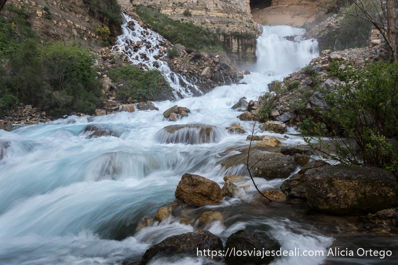agua con efecto seda en la cascada de afka en el valle de adonis
