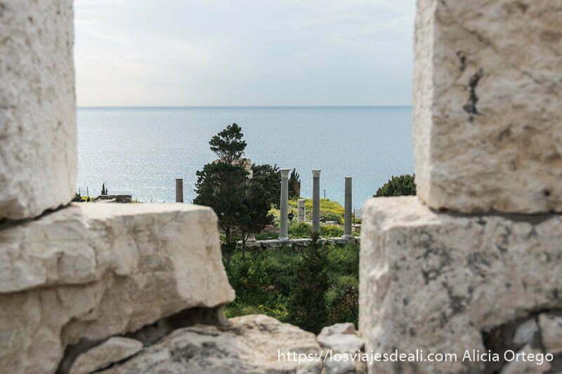 vistas de las columnas del templo de afrodita con el mar al fondo desde la muralla del castillo en la ciudad antigua de byblos