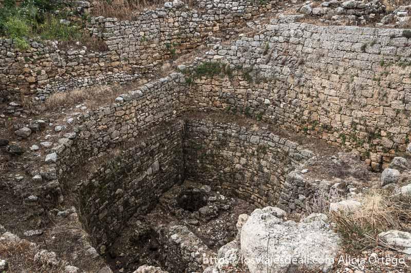 aljibe para recoger agua con pozo al fondo muy grande, hecho de piedra, en la ciudad antigua de byblos