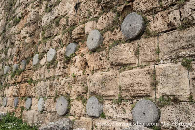 murallas del castillo de los cruzados de la ciudad antigua de byblos con columnas romanas dispuestas en dos hileras horizontales entre los bloques de piedra