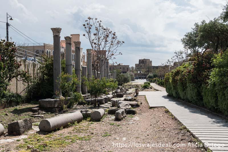 avenida antigua con columnas romanas y el castillo de byblos al fondo