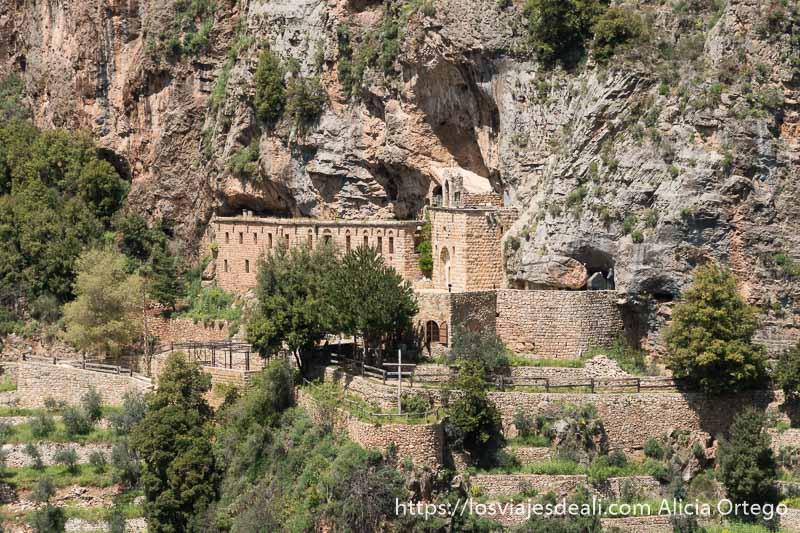 monasterio construido junto a la roca en las montañas de líbano