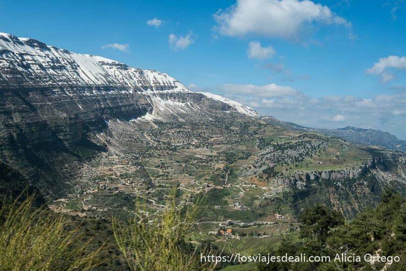 gran montaña con nieve arriba y laderas verdes