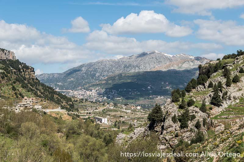 paisaje de montañas de líbano con pueblo y laderas con terrazas de cultivos abajo