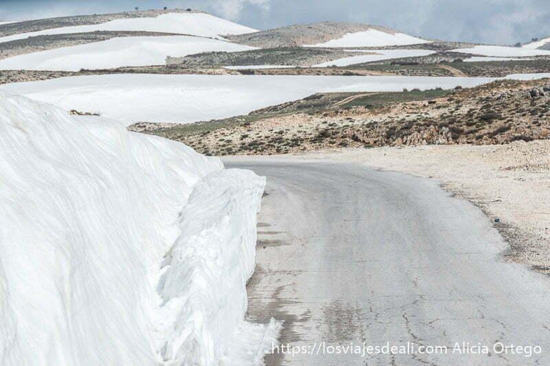 campos llenos de nieve y carretera en las montañas de líbano