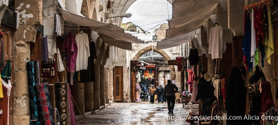 calle del zoco de trípoli en líbano