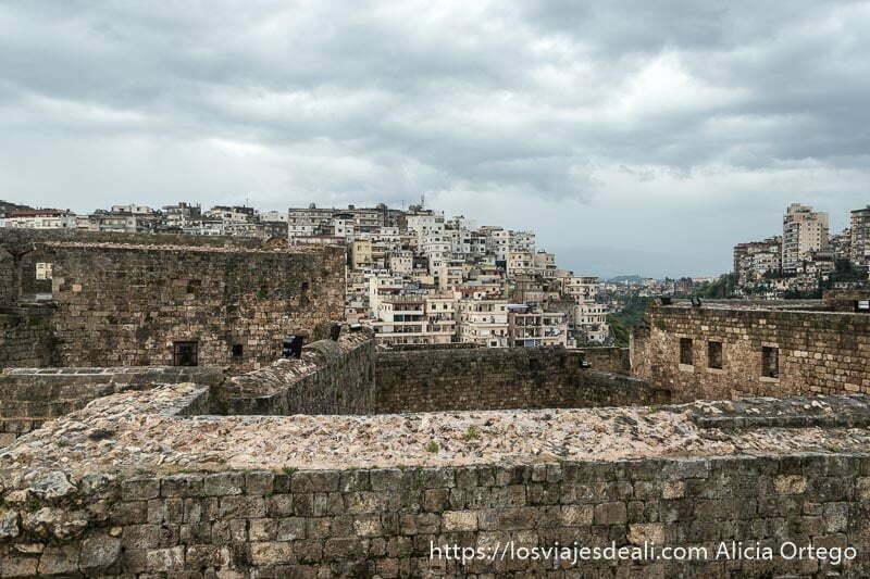 vistas de trípoli con murallas de piedra del castillo de los cruzados en primer plano