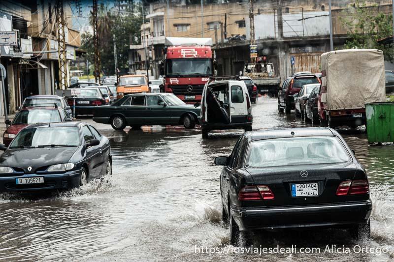 calle semiinundada de agua tras una fuerte tormenta en trípoli