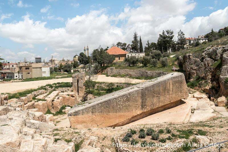 gran monolito casi terminado en cantera romana de baalbek en el valle de bekaa