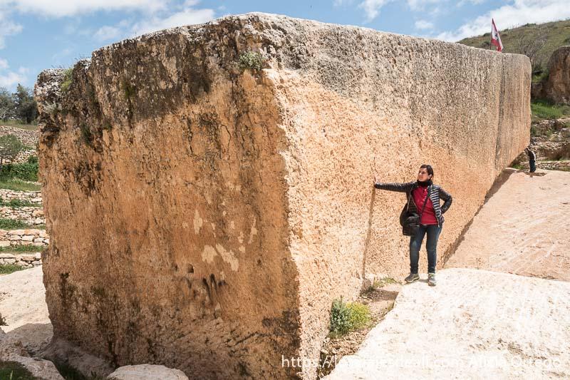 posando junto al gran monolito de la cantera romana de baalbek