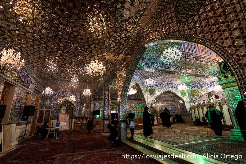 interior del mausoleo de baalbek con techo lleno de cristalitos y lámparas
