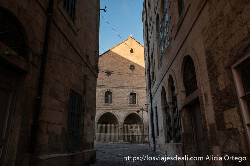 calle de la antigua baalbek con iglesia cristiana al fondo en el valle de bekaa