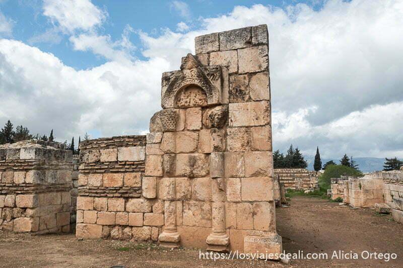 detalle de un muro con dos columnas en relieve y una calle al lado en las ruinas de aanjar