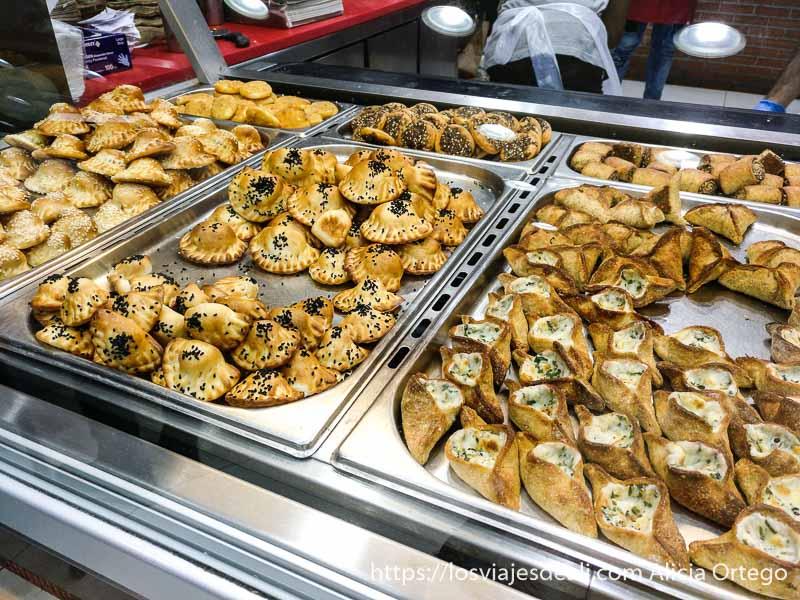 pequeñas empanadillas rellenas de queso y espinacas o carne viajar a líbano