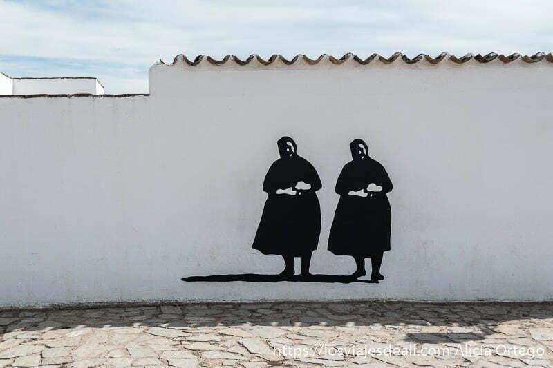 pintura de dos mujeres manchegas vestidas de negro con pañuelo en la cabeza en la experiencia en la vendimia