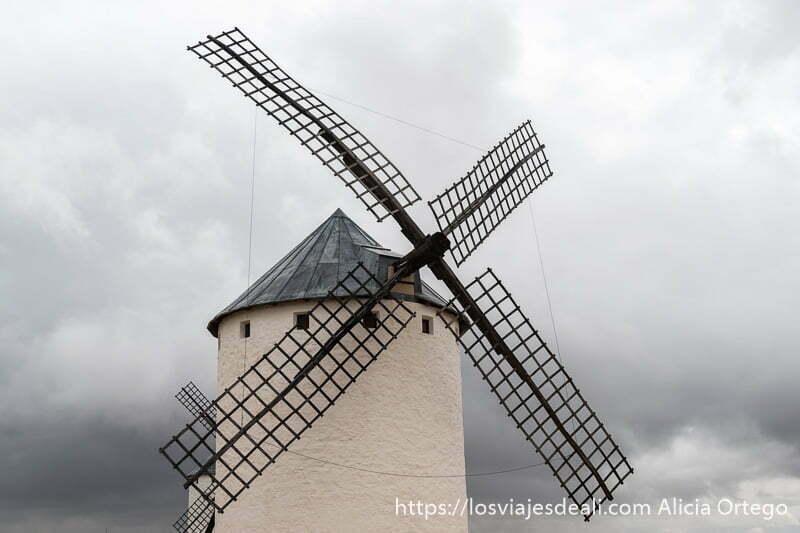 molino de viento con sus aspas de color negro recortándose en cielo de tormenta