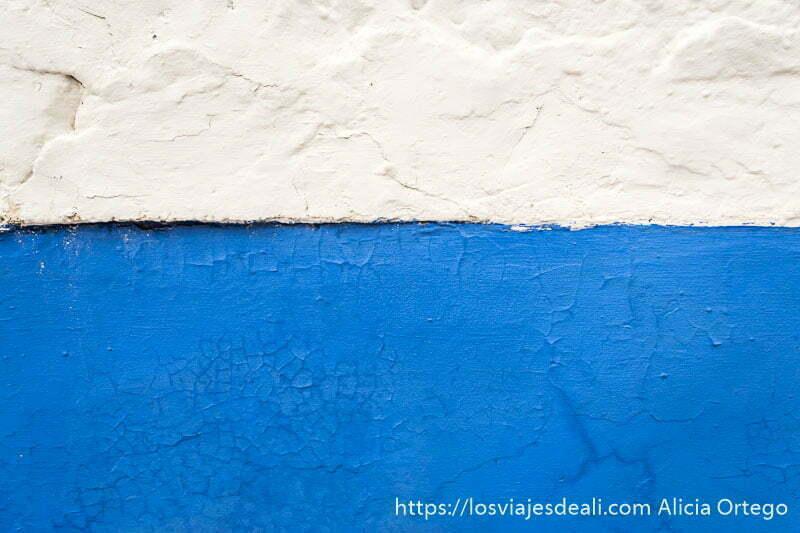 detalle de pared mitad blanca y mitad añil en la experiencia en la vendimia