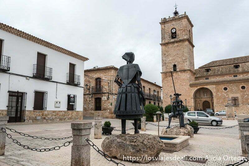 plaza de el toboso con iglesia y esculturas de el quijote y dulcinea en hierro negro en la experiencia en la vendimia