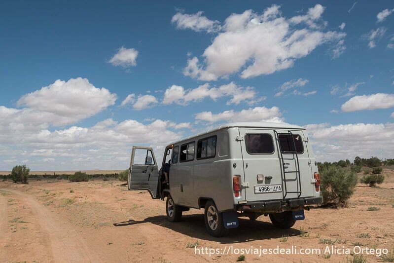 nuestra furgoneta UAZ de color gris en un paisaje desértico del gobi viajar a mongolia