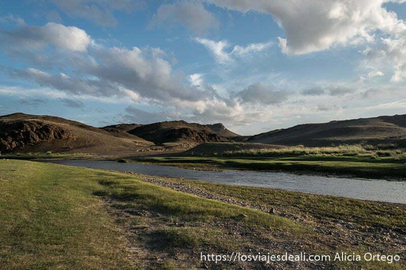 río ongii con montañas al fondo y praderas en sus orillas