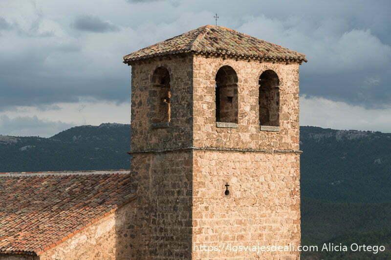 campanario de la iglesia de Riópar viejo con dos ventanas de frente y una en el costado donde están las campanas