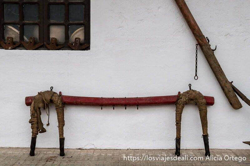 yugo de mulas apoyado en una pared blanca
