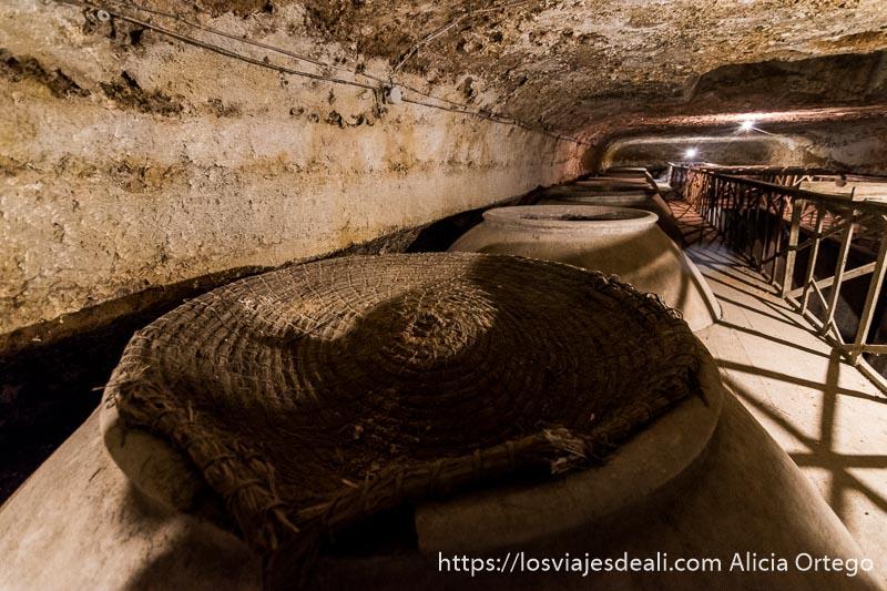 hilera de grandes tinajas en bodega excavada en la roca de Tomelloso vistas desde arriba