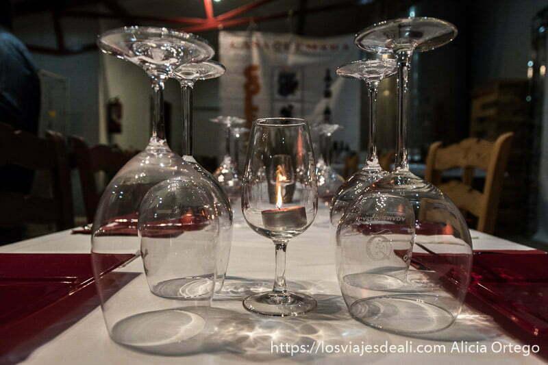 mesa con copas de vino y velas en la experiencia en la vendimia