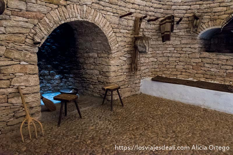 chimenea y paredes de piedra de un bombo manchego