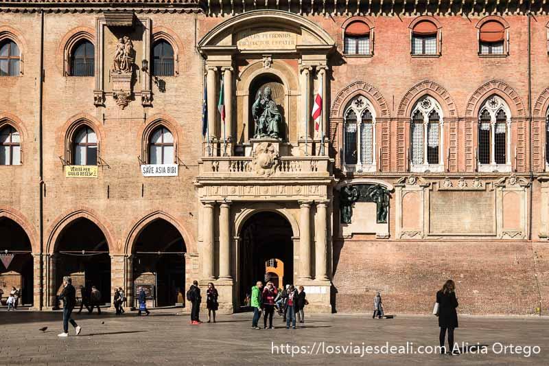 fachada de un palacio de la plaza magiore imprescindibles de bolonia