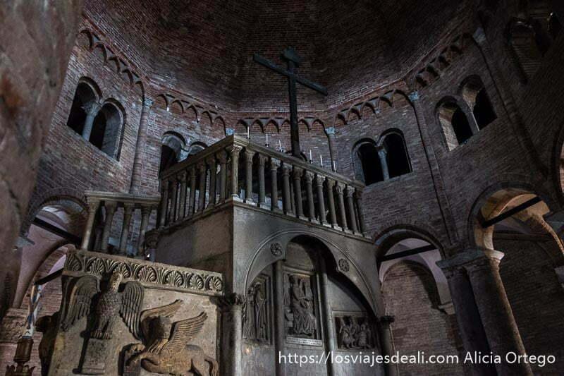 interior de san stefano con púlpito de mármol con gran cruz arriba y cúpula de ladrillo imprescindibles de bolonia