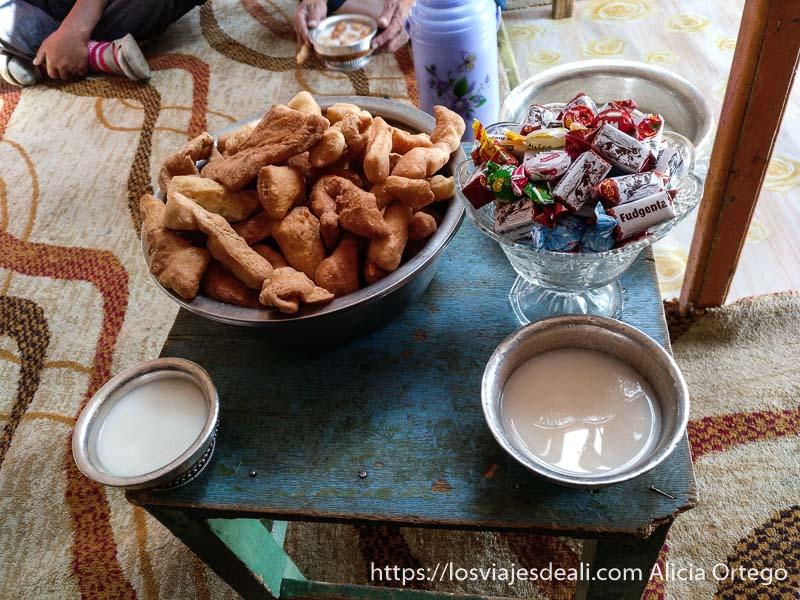 mesa con pastas caseras y tazones de té de yac con ligero color rosa