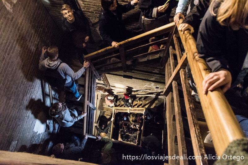 gente subiendo las escaleras de madera de la torre asinelli vista desde arriba