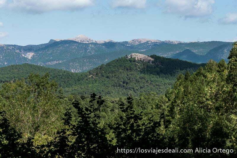 paisaje de montañas cubiertas de bosque y cumbres de roca escapada a albacete