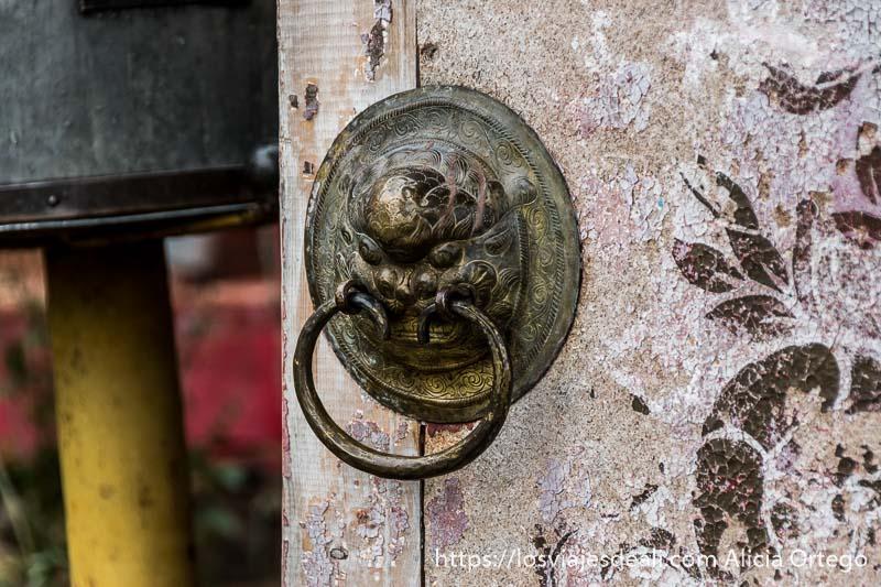 pomo de la puerta del monasterio budista con cabeza de león en el valle de orkhon