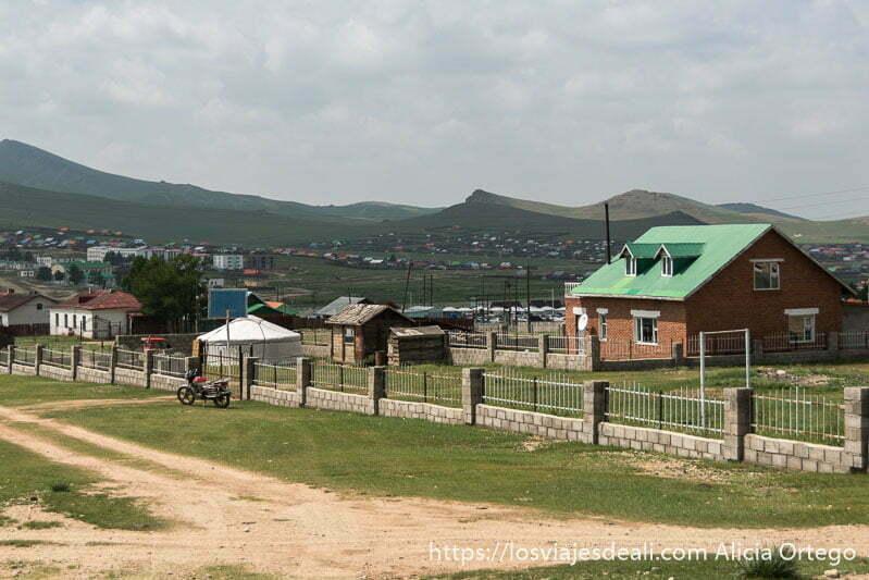 pueblo con casas de ladrillo y tejados de colores y gers en los patios viajar a mongolia